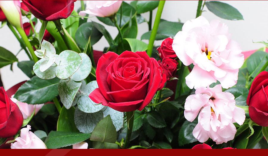 情熱的な赤いバラを使ったアレンジメントです。