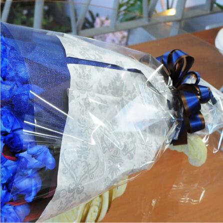 ブルーローズの花束のラッピングを豪華にする